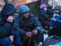 Folk på barrikaden i Kiev, Ukraina royaltyfria bilder