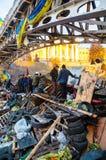 Folk på barrikaden i Kiev, Ukraina fotografering för bildbyråer