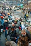 Folk på barrikaderna i Kiev, Ukraina arkivbild