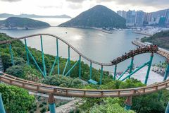 Folk på berg-och dalbanan på Hong Kong Ocean Park royaltyfri bild