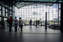 Folk på Berlin Central Station Arkivfoto