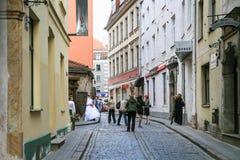 Folk på bröllopceremoni i den gamla Riga staden Royaltyfri Bild