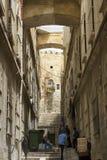 Folk på branta moment - ner en smal Jerusalem sidogata royaltyfri fotografi
