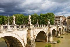 Folk på bron av Castel Sant ' Angelo i Rome, Italien Arkivbilder