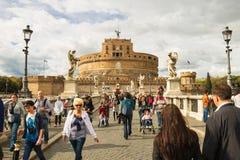 Folk på bron av Castel Sant ' Angelo i Rome, Italien Fotografering för Bildbyråer