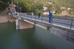 Folk på bron av vägen som korsar fördämningen av Trancoen arkivbilder