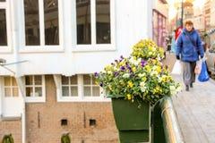 Folk på bron som dekoreras med blommor i Gorinchem Royaltyfri Bild