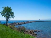 Folk på bryggan på två hamnar, Minnesota på en solig dag royaltyfri fotografi