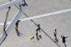 Folk på Centre Pompidou Royaltyfri Foto