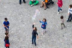 Folk på Centre Pompidou Royaltyfria Foton