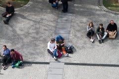 Folk på Centre Pompidou Royaltyfri Fotografi