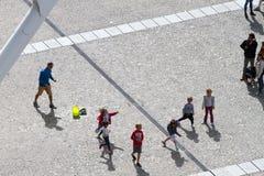 Folk på Centre Pompidou Arkivbild