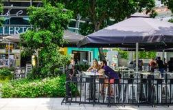 Folk på coffee shop i Marina Bay, Singapore royaltyfria bilder
