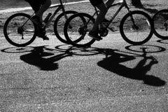Folk på cyklar Arkivbild