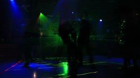Folk på dansgolv arkivfilmer