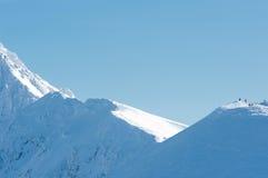Folk på de snow-covered bergmaxima. Royaltyfri Foto