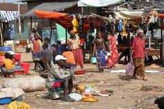 Folk på den afrikanska marknaden av Moyale i Etiopien, Arkivbild