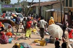 Folk på den afrikanska marknaden av Moyale i Etiopien, Arkivbilder