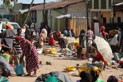 Folk på den afrikanska marknaden av Moyale i Etiopien, Royaltyfri Fotografi