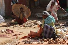 Folk på den afrikanska marknaden av Moyale i Etiopien, Royaltyfria Bilder