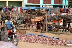 Folk på den afrikanska marknaden av Moyale i Etiopien, Fotografering för Bildbyråer