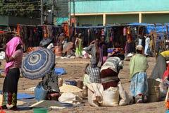 Folk på den afrikanska marknaden av Moyale i Etiopien, Arkivfoto