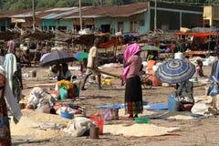 Folk på den afrikanska marknaden av Moyale i Etiopien, Royaltyfri Foto