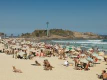 Folk på den Arpoador stranden under sommaren Rio de Janeiro Arkivbild
