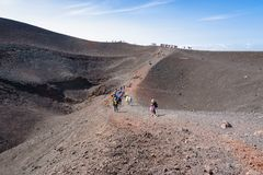 Folk på den Barbagallo krater på Mount Etna Royaltyfria Bilder