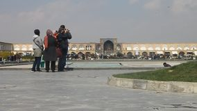 Folk på den berömda imam- eller Naqsh-e Jahan fyrkanten lager videofilmer