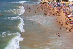 Folk på den berömda stranden av Olhos de Agua i Albufeira arkivfoton