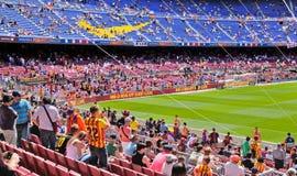 Folk på den Camp Nou stadion Fotografering för Bildbyråer