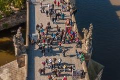 Folk på den Charles bron, Prague Royaltyfri Bild