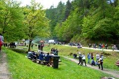 Folk på den folkloric Juni berömmen i den Brasov staden Royaltyfri Bild