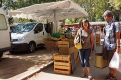 Folk på den franska marknaden Royaltyfria Foton
