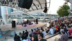 Folk på den fria konserten på Marina Promenade i Singapore arkivfilmer