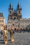 Folk på den gamla stadfyrkanten Royaltyfri Bild