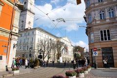 Folk på den gammala soliga gatan Royaltyfri Bild