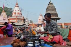 Folk på den Ganga flodinvallningen, Har Ki Pauri Har Ki Pauri är en berömd ghat på bankerna av Gangesen i Haridwar arkivfoto