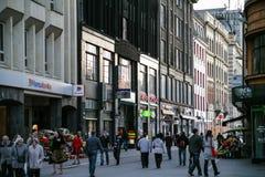 Folk på den gataKalku ielaen i Riga i afton Arkivfoton