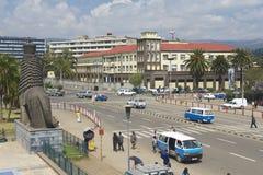 Folk på den i stadens centrum gatan av Addis Ababa, Etiopien Royaltyfria Bilder