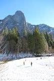 Folk på den insnöade Yosemite nationalparken Royaltyfri Bild