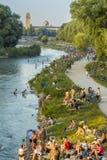 Folk på den Isar floden, Munich, Tyskland Fotografering för Bildbyråer
