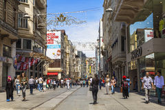 Folk på den Istiklal gatan i Istanbul Royaltyfria Bilder