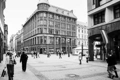 Folk på den Kalku ielagatan i den gamla Riga staden Royaltyfria Foton
