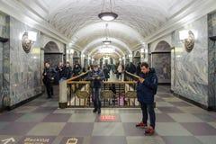 Folk på den Kurskaya stationen på November 08, 2016 i Moskvatunnelbana Arkivbilder
