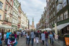 Folk på den långa gatan Gdansk Royaltyfri Bild