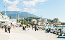 Folk på den Lenin invallningen i Yalta i September Arkivfoto