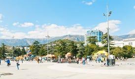 Folk på den Lenin Naberezhnaya gatan i den Yalta staden Arkivfoton