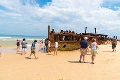Folk på den Maheno skeppsbrottet på 75 mil strand, en av de populäraste gränsmärkena på Fraser Island, Fraser Coast, Queensland,  Royaltyfri Bild
